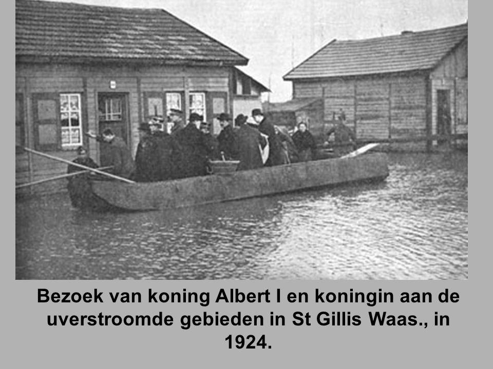 Bezoek van koning Albert I en koningin aan de uverstroomde gebieden in St Gillis Waas., in 1924.