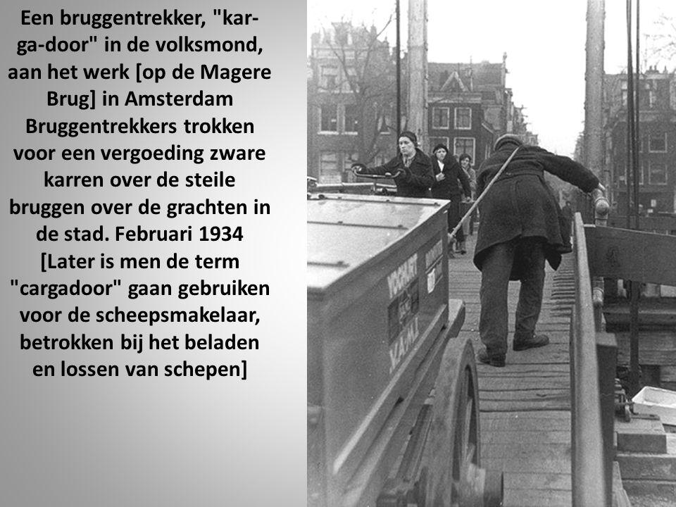 Een bruggentrekker, kar- ga-door in de volksmond, aan het werk [op de Magere Brug] in Amsterdam Bruggentrekkers trokken voor een vergoeding zware karren over de steile bruggen over de grachten in de stad.