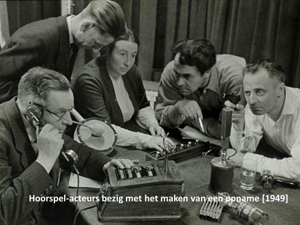 Hoorspel-acteurs bezig met het maken van een opname [1949]