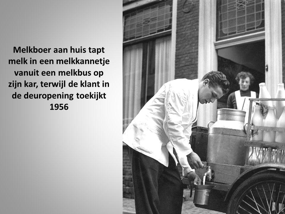 Melkboer aan huis tapt melk in een melkkannetje vanuit een melkbus op zijn kar, terwijl de klant in de deuropening toekijkt 1956