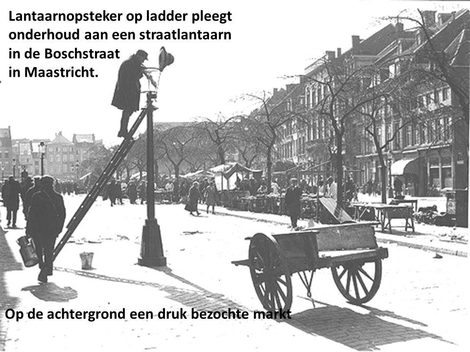 Lantaarnopsteker op ladder pleegt onderhoud aan een straatlantaarn in de Boschstraat in Maastricht.