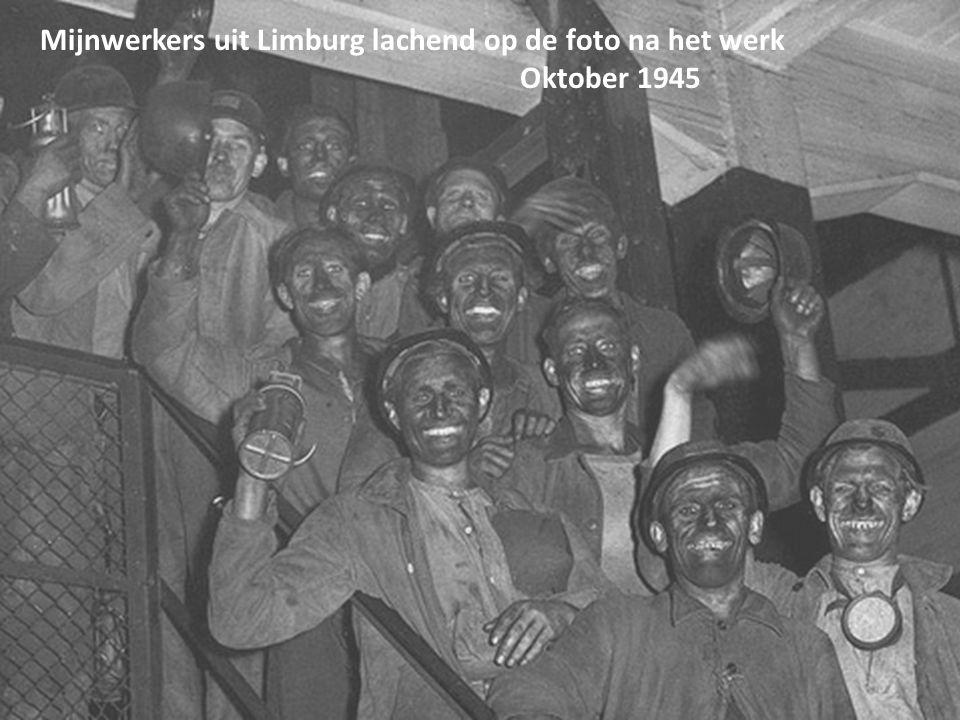 Mijnwerkers uit Limburg lachend op de foto na het werk Oktober 1945
