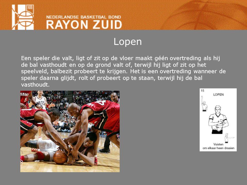 Lopen Een speler die valt, ligt of zit op de vloer maakt géén overtreding als hij de bal vasthoudt en op de grond valt of, terwijl hij ligt of zit op