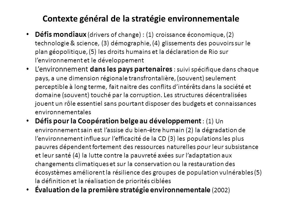 Contexte général de la stratégie environnementale Défis mondiaux (drivers of change) : (1) croissance économique, (2) technologie & science, (3) démographie, (4) glissements des pouvoirs sur le plan géopolitique, (5) les droits humains et la déclaration de Rio sur l'environnement et le développement L'environnement dans les pays partenaires : suivi spécifique dans chaque pays, a une dimension régionale transfrontalière, (souvent) seulement perceptible à long terme, fait naitre des conflits d'intérêts dans la société et domaine (souvent) touché par la corruption.