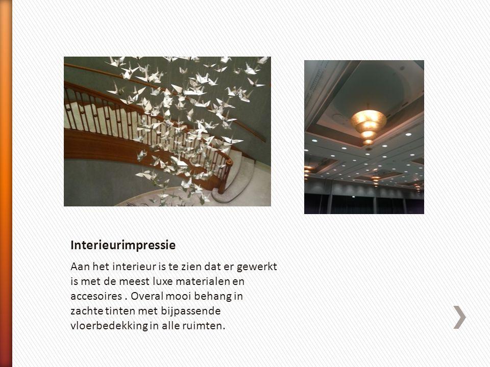 Aan het interieur is te zien dat er gewerkt is met de meest luxe materialen en accesoires. Overal mooi behang in zachte tinten met bijpassende vloerbe