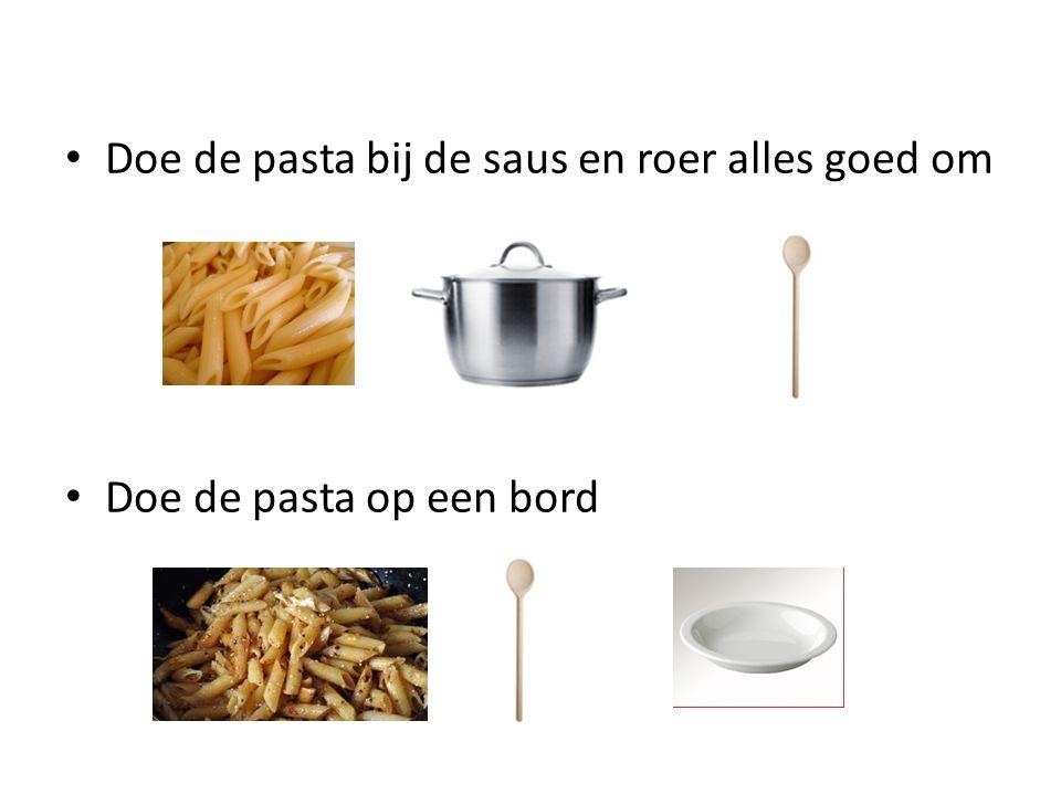 Doe de pasta bij de saus en roer alles goed om Doe de pasta op een bord