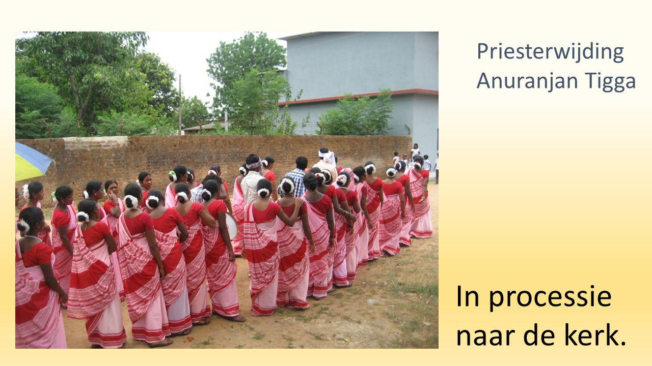 In processie naar de kerk. Priesterwijding Anuranjan Tigga