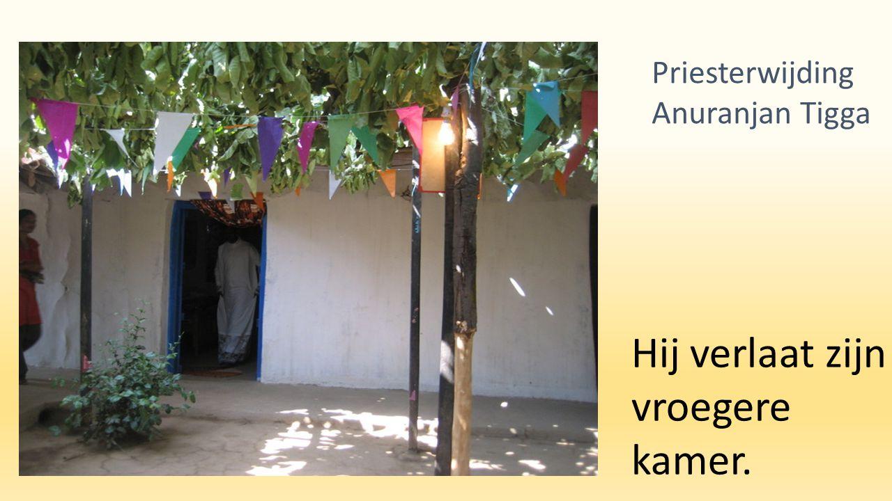 Hij verlaat zijn vroegere kamer. Priesterwijding Anuranjan Tigga