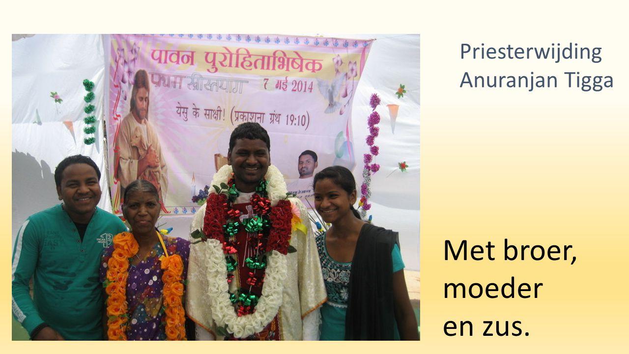 Met broer, moeder en zus. Priesterwijding Anuranjan Tigga