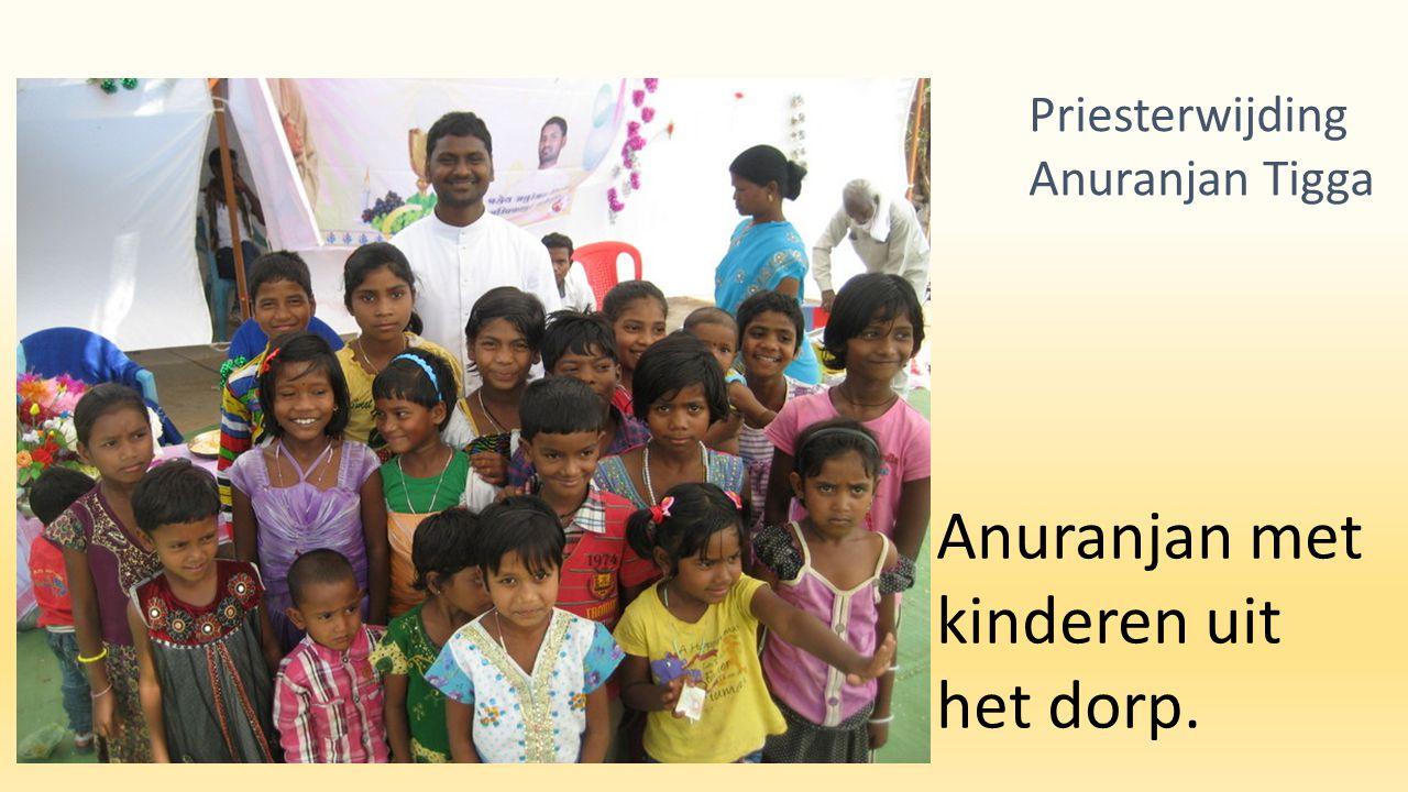 Anuranjan met kinderen uit het dorp. Priesterwijding Anuranjan Tigga