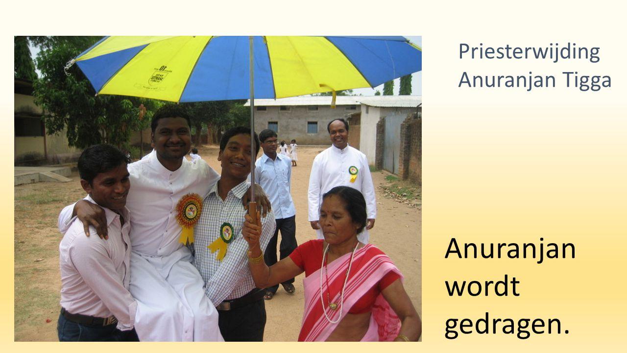 De nieuwe priester met zijn moeder. Priesterwijding Anuranjan Tigga