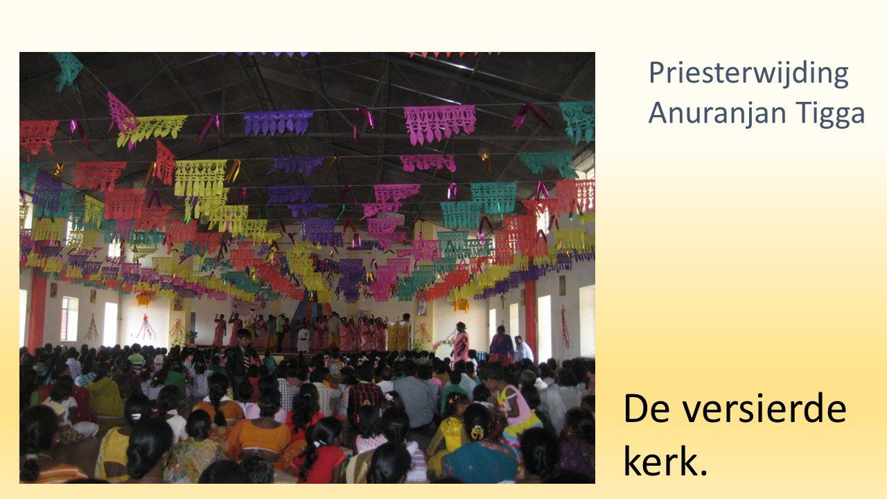 De versierde kerk. Priesterwijding Anuranjan Tigga