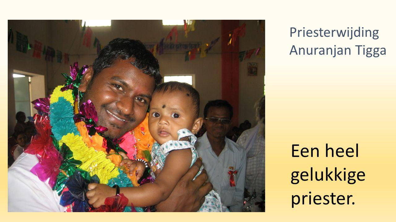 Pater Brys met kinderen uit het dorp. Priesterwijding Anuranjan Tigga