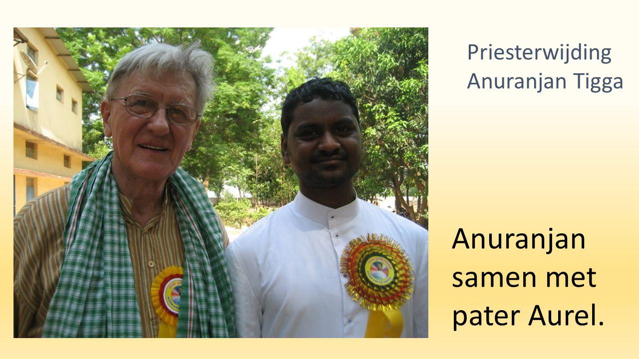 Anuranjan samen met pater Aurel. Priesterwijding Anuranjan Tigga