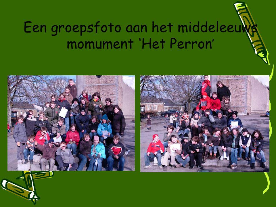 Een groepsfoto aan het middeleeuws momument 'Het Perron '