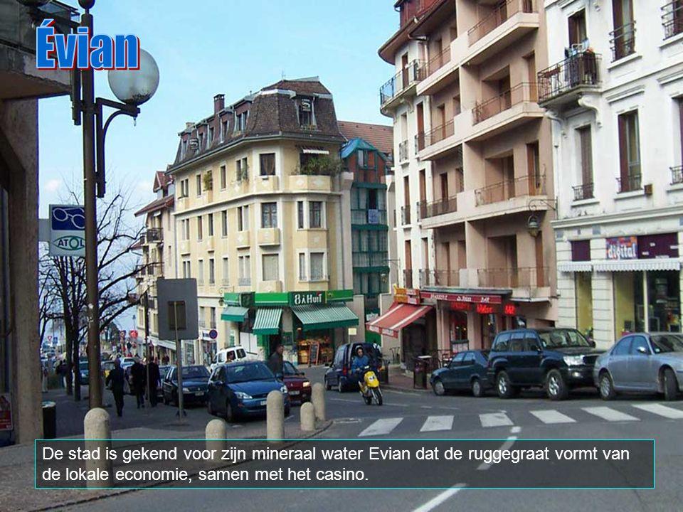 Évian-les-Bains is een stad in het noorden van het Franse departement Haute- Savoie, aan de oever van het meer van Genève, tegenover Lausanne aan de Z