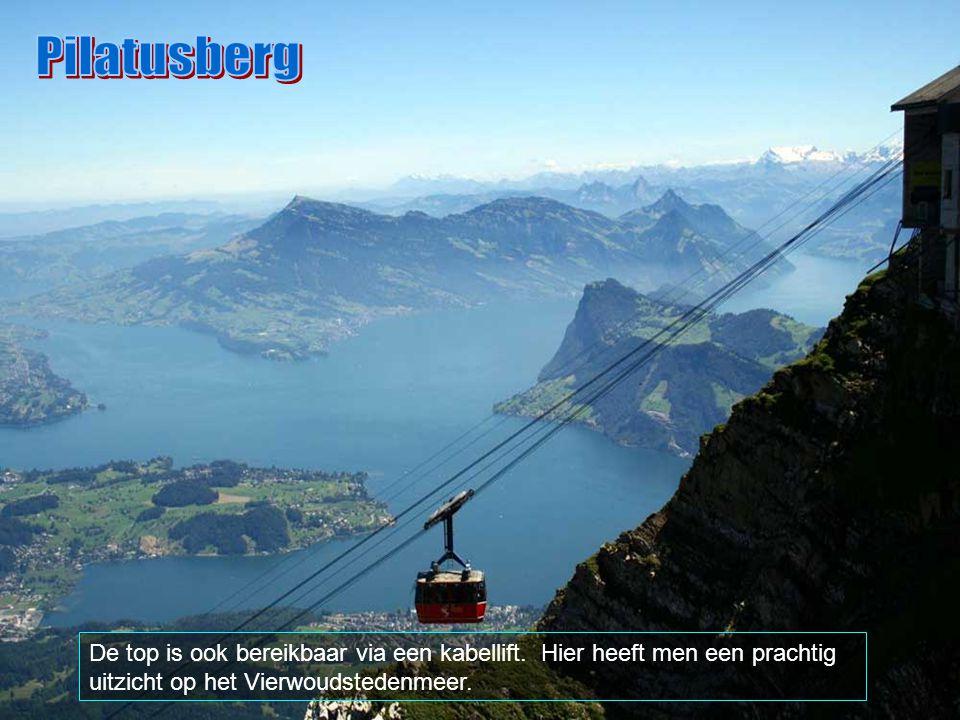 """De tandradbaan is een toeristische attraktie van de stad Luzern. De stad is verbonden met de top door de """"Pilatusbahn"""". De maximum hellingsgraad is 48"""