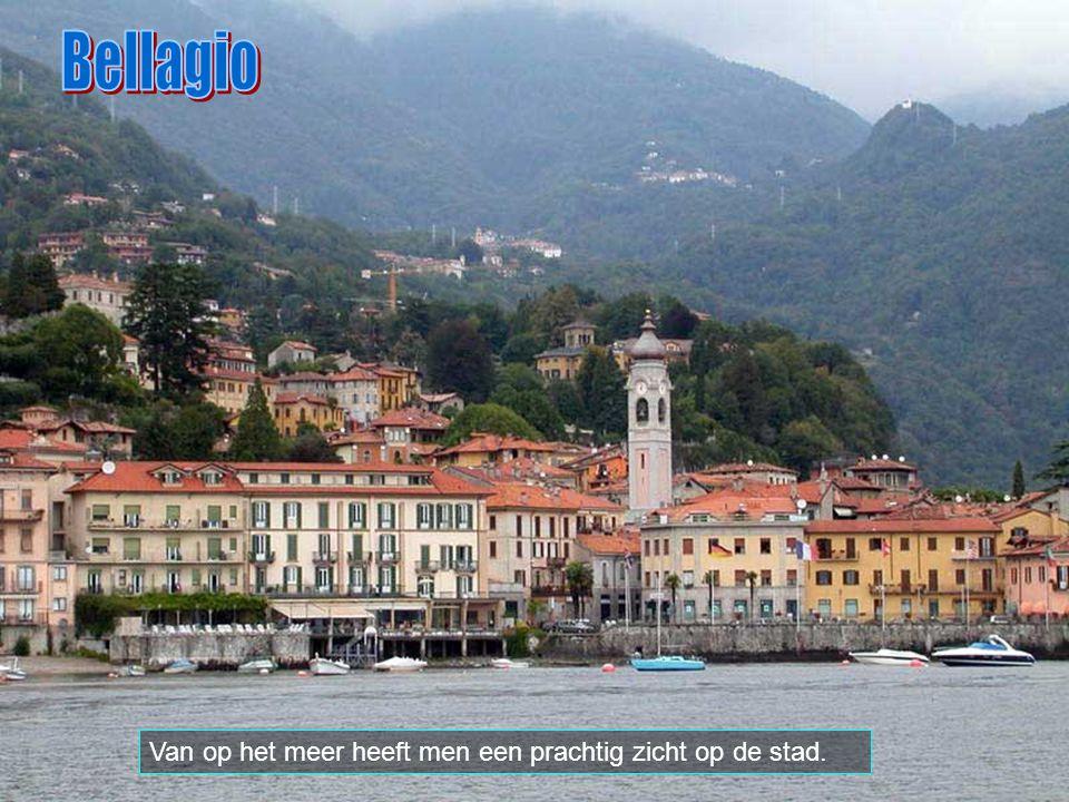Van op de promenade kijkt men uit op de Alpen, op 75 km naar het zuiden ligt Milano en op 55 km naar het oosten Bergamo.