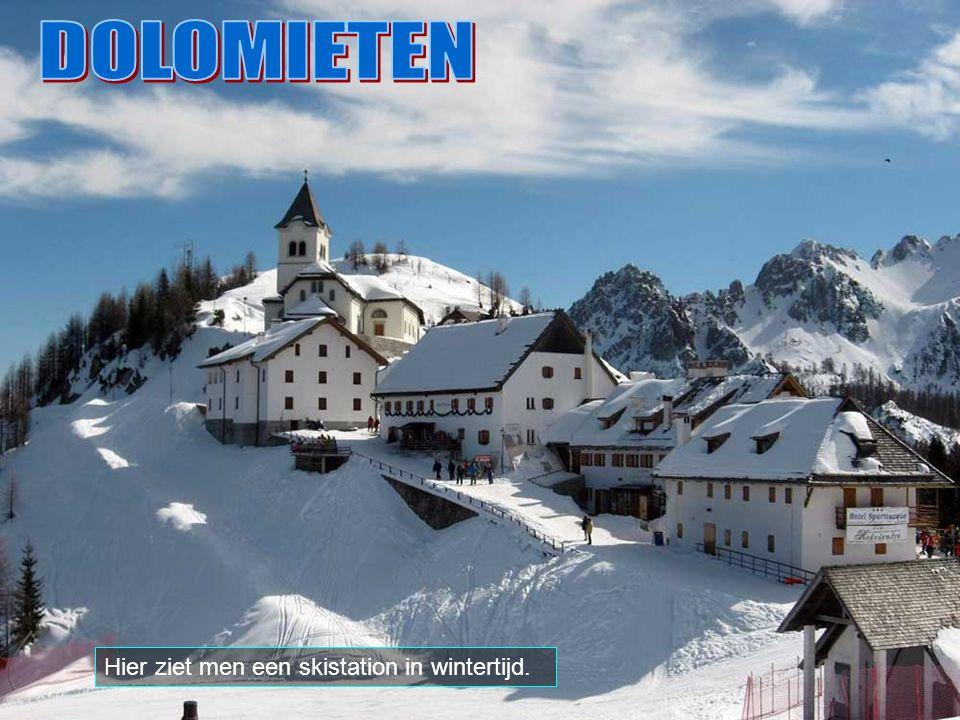 De hoogste berg in de Dolomieten is de Marmolada, met 3.343 meters boven de zeespiegel, zichtbaar op de achtergrond. Andere hoge toppen zijn: Piz de L