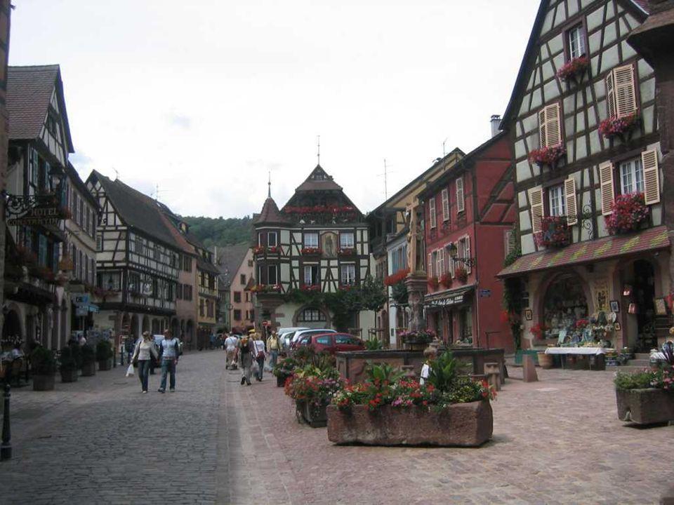 RIQUEWIHR Riquewihr in het Frans, Reichenweier in het Duits, een Franse stad en gemeente in het departement Haut-Rhin, in de Elzas. Een toeristische a