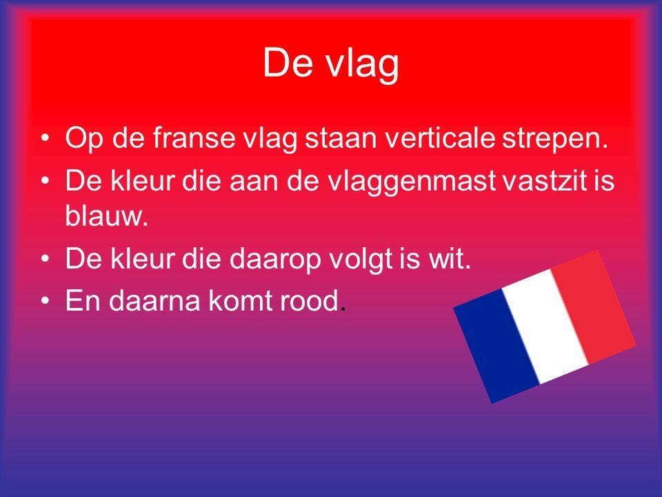De vlag Op de franse vlag staan verticale strepen. De kleur die aan de vlaggenmast vastzit is blauw. De kleur die daarop volgt is wit. En daarna komt