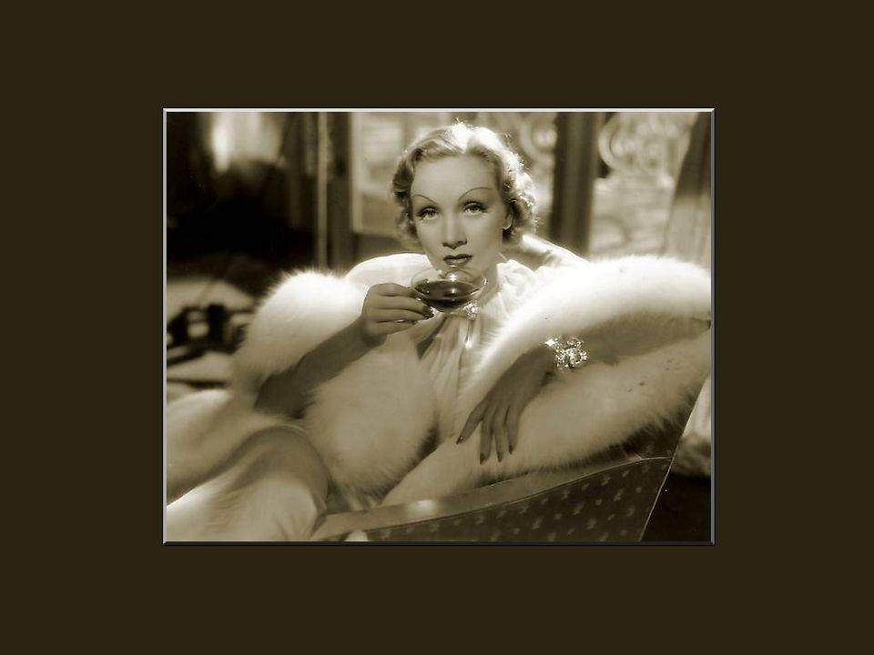 In 1953, verliet Marlene Dietrich de film om op te treden in de music halls van Las Vegas.