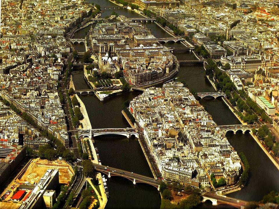 Panorama van de twee eilanden in de Seine in het hartje van Parijs: op de voorgrond het Île de la Cité, de wieg van de stad. Hier vestigde zich in de