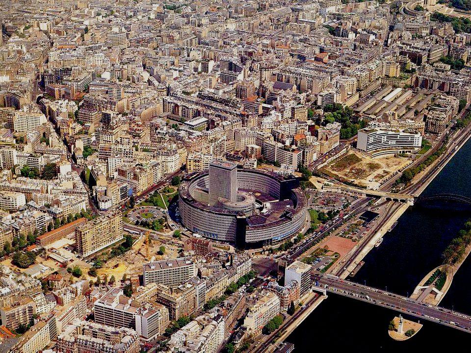 Om deze vlucht boven Parijs te besluiten, dit cirkelvormig bouwwerk: La Maison de la Radio. Gebouwd in 1963 herbergt het de verschillende diensten van