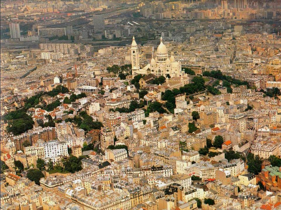 De basiliek Sacré-Cœur is een toeristische topattractie, ongetwijfeld door haar ligging in het hartje van de wijk Montmartre en door het uitzicht dat men van daar heeft op Parijs en de omgeving.