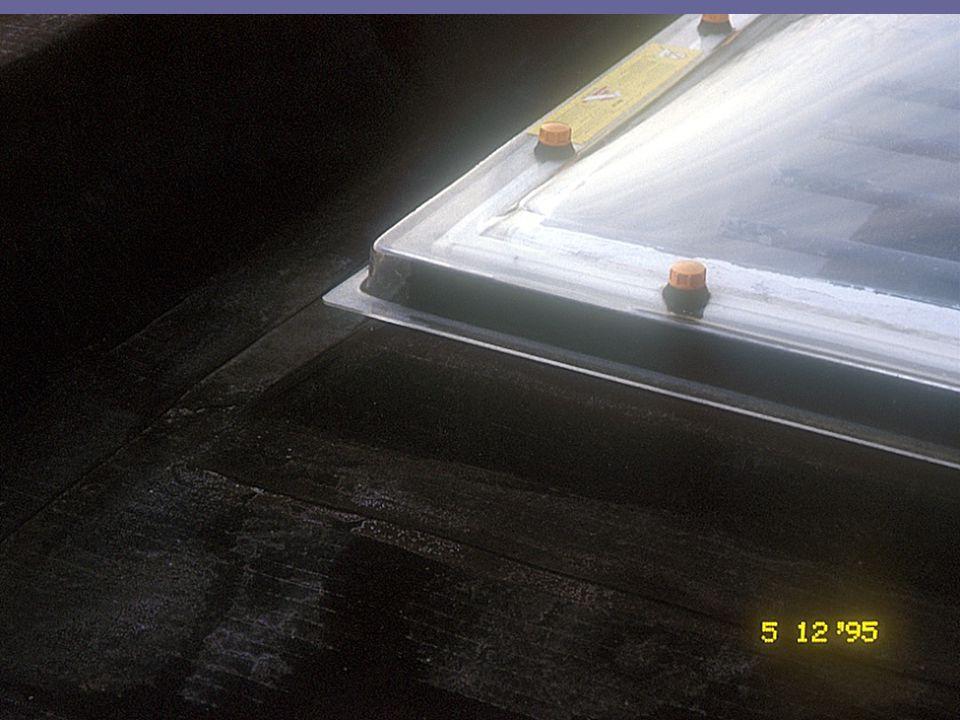 Inleiding tot de bouwtechniek en de bouwstructuren1° kandidatuur burgerlijk ingenieur-architect partim bouwstructuren: OPBOUW VAN EEN 'PLAT' DAK DAKDICHTINGSFOLIES MOETEN ONDERSTEUND WORDEN DWARSE DOORSNEDE De gewenste vorm van de dakdichting (folie) wordt gerealiseerd in de ruwbouw - daarop wordt de dichting bevestigd (mechanisch of gekleefd)