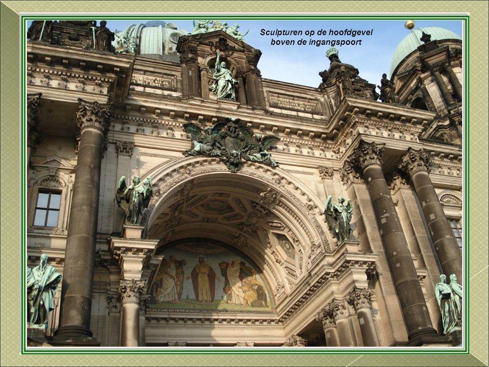 De Kathedraal van Berlijn. Gebouwd tussen 1894 en 1905, in neo.barokke stijl Zwaar beschadigd gedurende de Tweede Wereldoorlog, werd grotendeels gerec