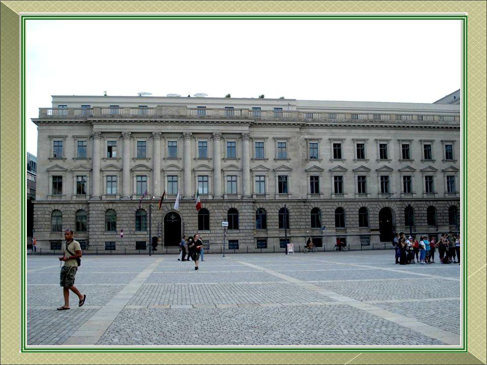 Standbeeld opgericht in 1851 van Frederik II van Pruisen, genoemd Frederik de Grote Hij bracht zijn land aan de hoven van de grote europese mogendhede