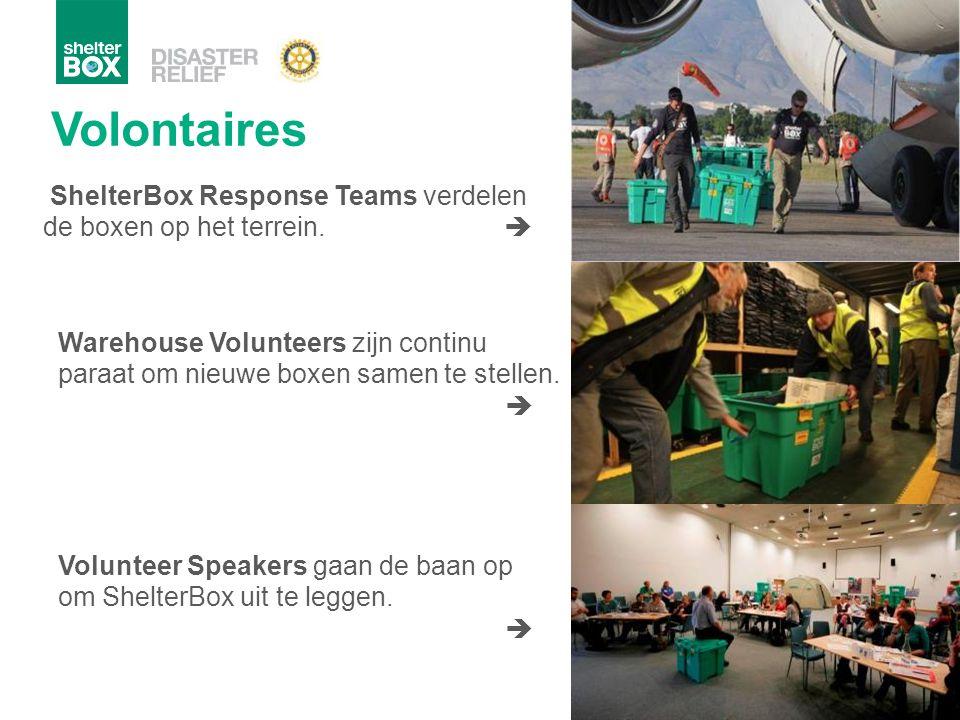 Volontaires ShelterBox Response Teams verdelen de boxen op het terrein.  Warehouse Volunteers zijn continu paraat om nieuwe boxen samen te stellen. 