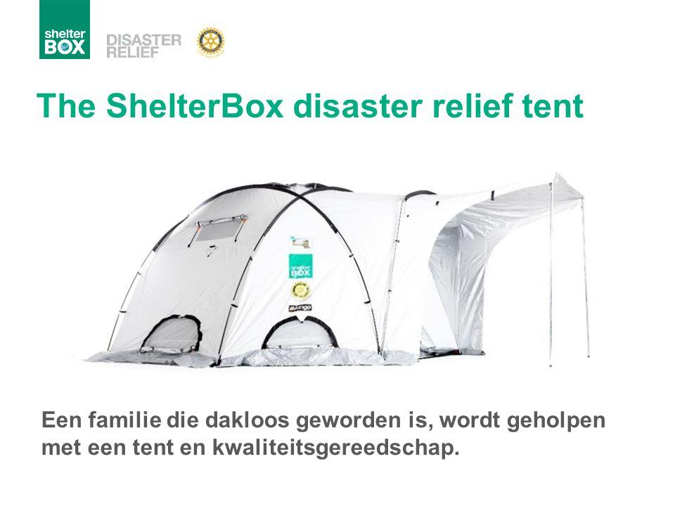 Een familie die dakloos geworden is, wordt geholpen met een tent en kwaliteitsgereedschap. The ShelterBox disaster relief tent