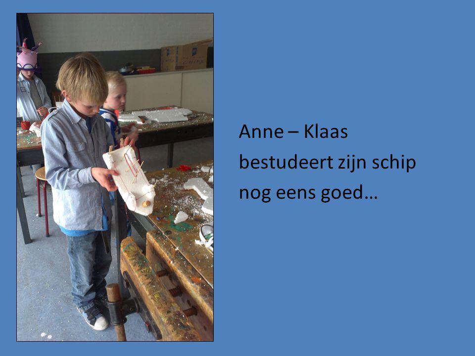 Anne – Klaas bestudeert zijn schip nog eens goed…
