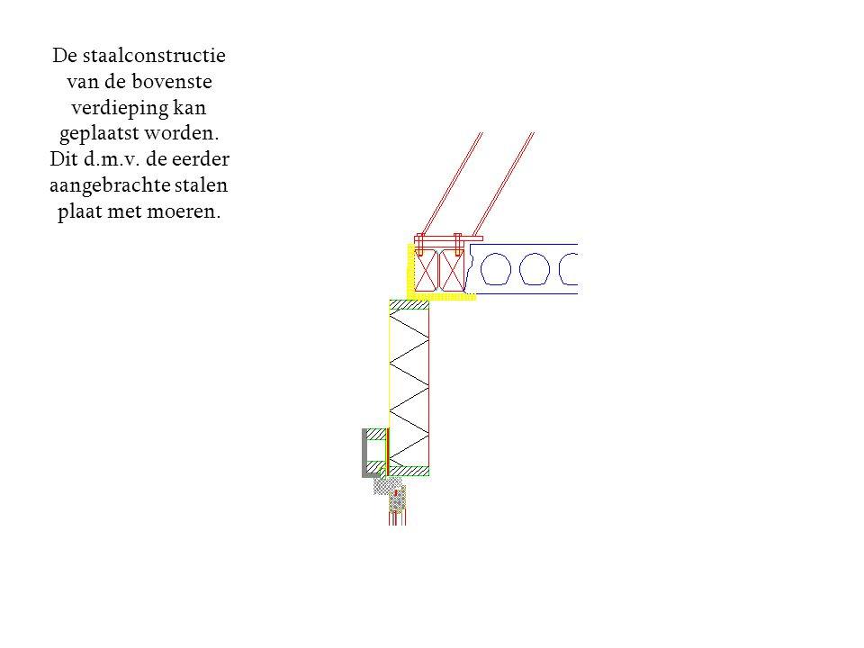 De staalconstructie van de bovenste verdieping kan geplaatst worden. Dit d.m.v. de eerder aangebrachte stalen plaat met moeren.
