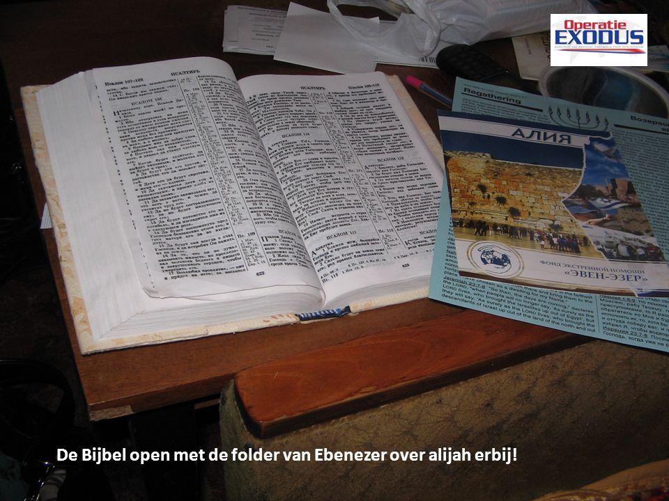 De Bijbel open met de folder van Ebenezer over alijah erbij!