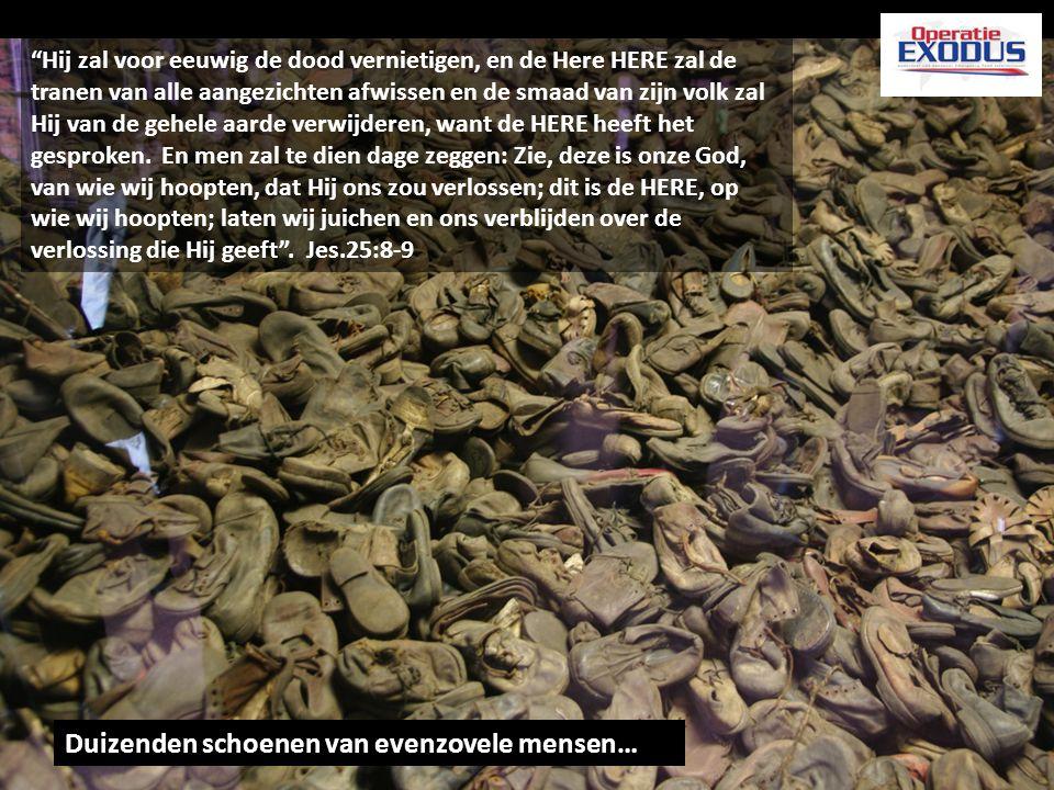 """Duizenden schoenen van evenzovele mensen…. """"Hij zal voor eeuwig de dood vernietigen, en de Here HERE zal de tranen van alle aangezichten afwissen en d"""