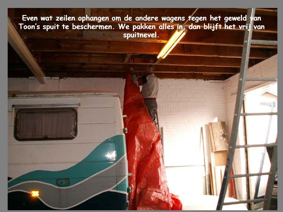 Even wat zeilen ophangen om de andere wagens tegen het geweld van Toon's spuit te beschermen.