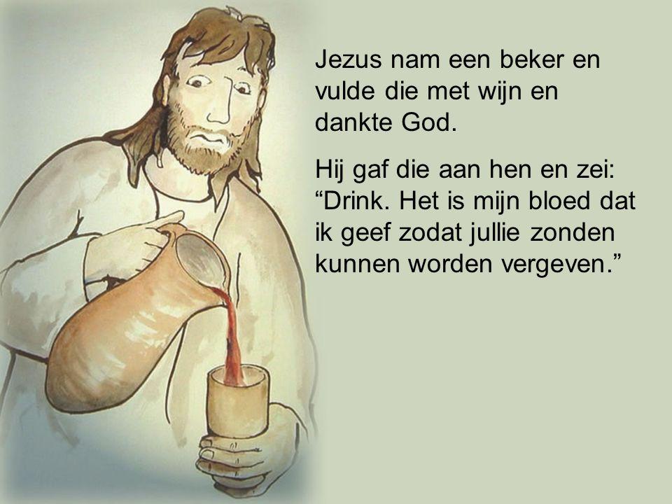 """Jezus nam een beker en vulde die met wijn en dankte God. Hij gaf die aan hen en zei: """"Drink. Het is mijn bloed dat ik geef zodat jullie zonden kunnen"""
