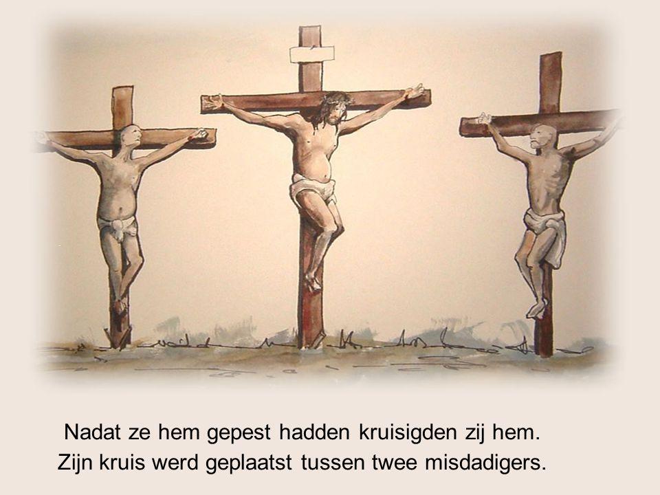 Nadat ze hem gepest hadden kruisigden zij hem. Zijn kruis werd geplaatst tussen twee misdadigers.