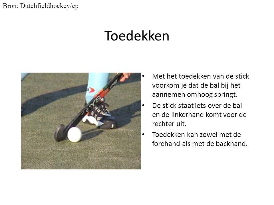 Toedekken Met het toedekken van de stick voorkom je dat de bal bij het aannemen omhoog springt. De stick staat iets over de bal en de linkerhand komt