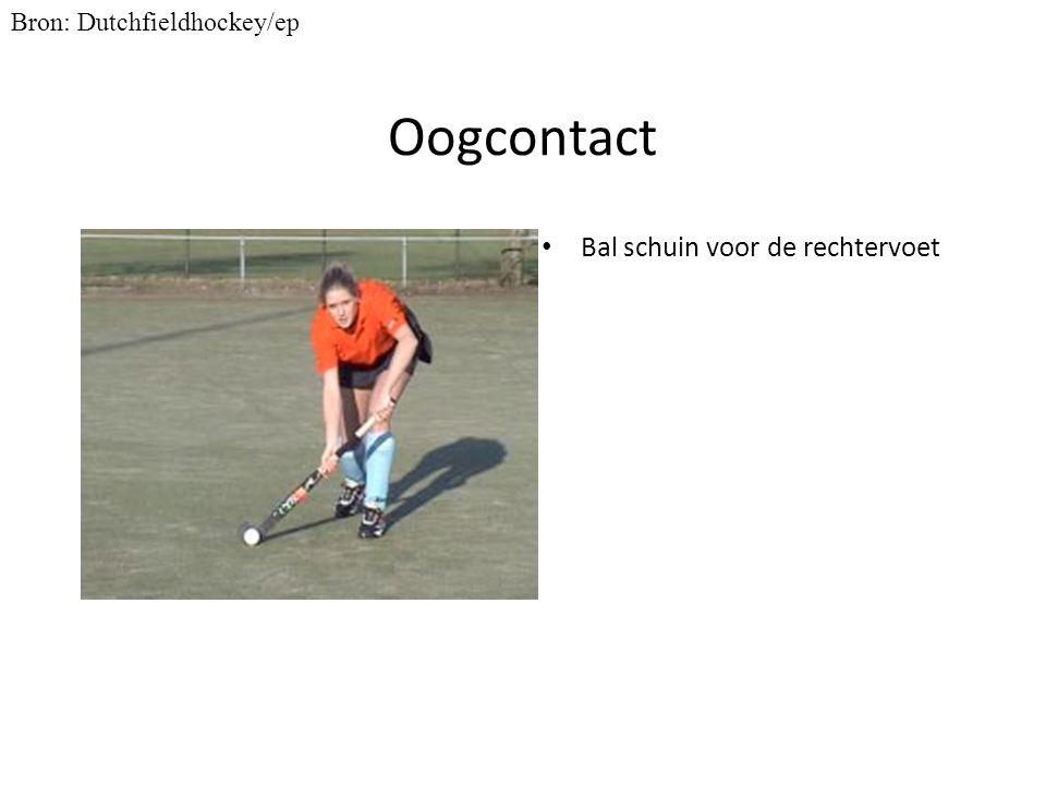 Oogcontact Bal schuin voor de rechtervoet Bron: Dutchfieldhockey/ep
