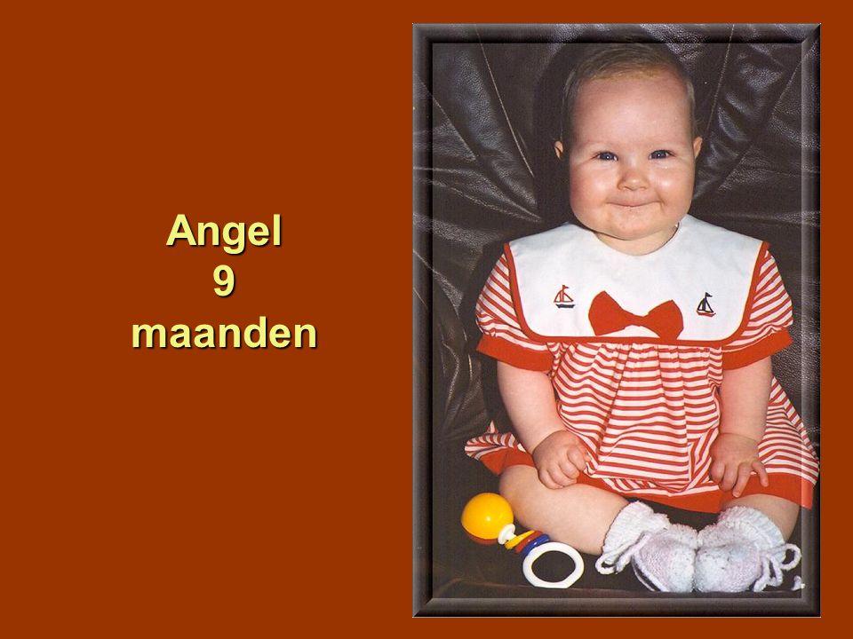 Hier is Angel 10 maanden maanden oud, ze vindt het prachtig in het hobbelpaardje.