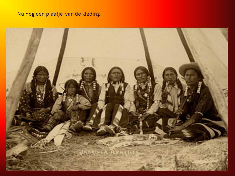 Kleding: Hun kleding was veelkleurig, vooral op feestdagen, en bestond uit dierenhuiden versierd met kralen. Ze droegen aan hun voeten mocassins met a