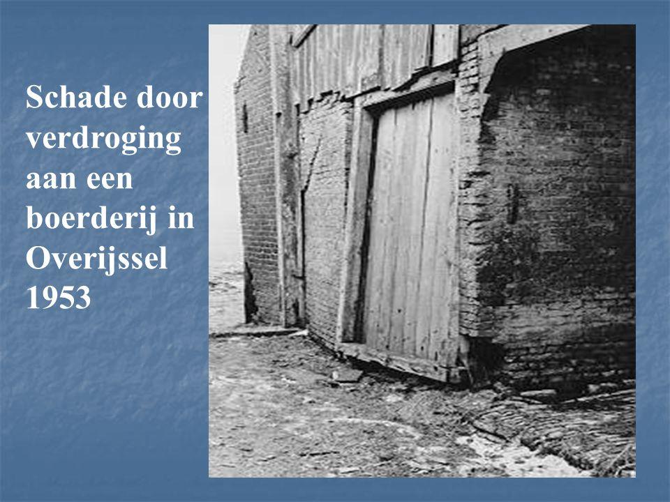 De Noordoostpolder werd, net als de Wieringermeer, aan het oude land vastgelegd. Door de lage ligging van de nieuwe polders onttrokken zij water aan h