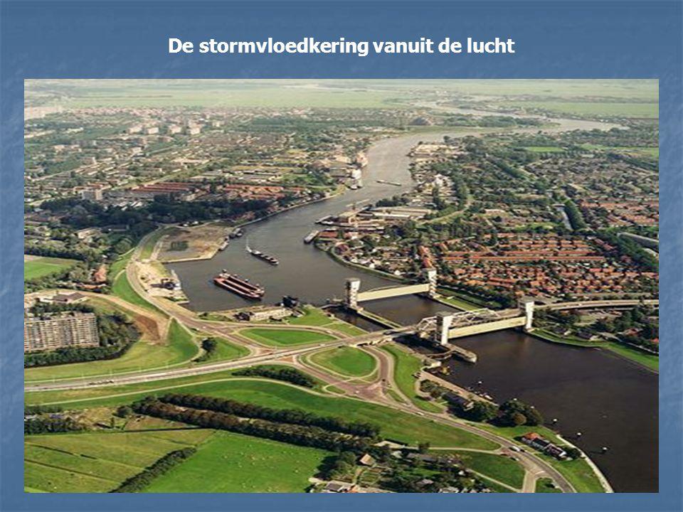 De Hollandse IJssel verbindt Rotterdam met de Noordzee. In het geval van een overstroming kan de rivier zijn water moeilijk kwijt, omdat het opkomende