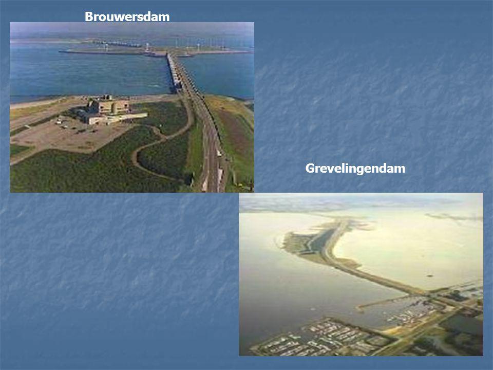 Diverse dammen om de zeegaten en zeearmen af te sluiten. Hieronder de Haringvliet dam