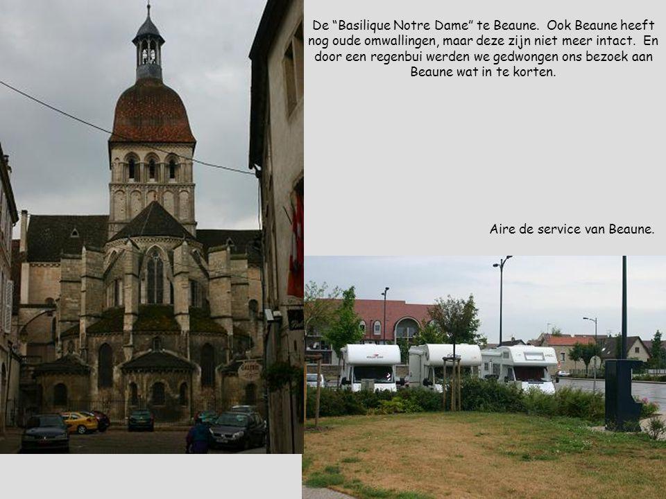 """Aire de service van Beaune. De """"Basilique Notre Dame"""" te Beaune. Ook Beaune heeft nog oude omwallingen, maar deze zijn niet meer intact. En door een r"""