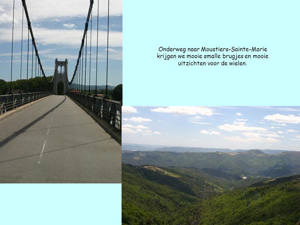 Onderweg naar Moustiers-Sainte-Marie krijgen we mooie smalle brugjes en mooie uitzichten voor de wielen.